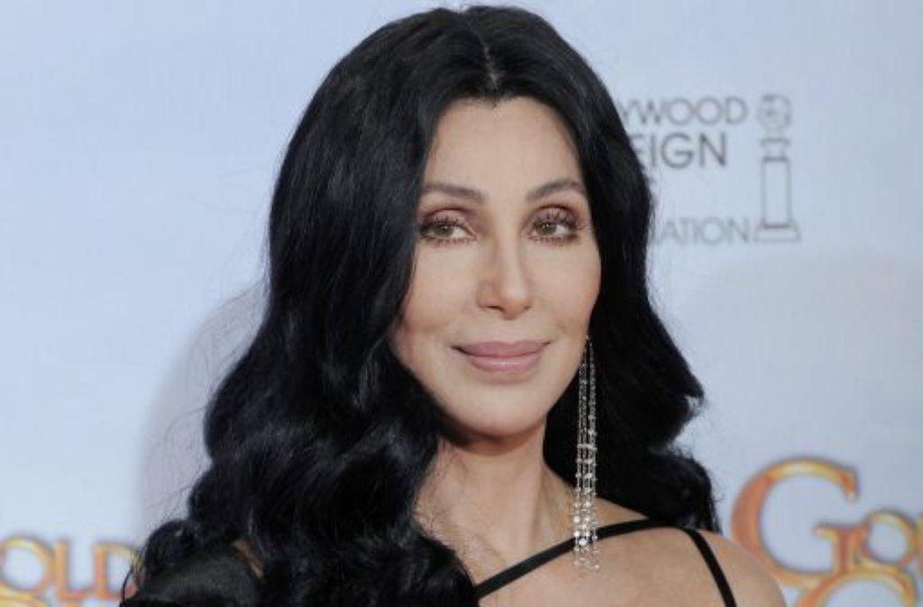 Glamour, Glitzer und knapp geschnittene Outfits: Cher liebt nichts so sehr wie die bunt schillernde Bühnen- und Showbizwelt. Dabei erfindet sich die ultimative Diva des Pop seit Jahrzehnten immer wieder neu: Vom scheuen Hippiemädchen über die Disco-Queen bis hin zur Rockerin. Mit einem geschätzten Vermögen von 563 Millionen Euro gehört sie heute zu den reichsten Künstlerinnen der Welt, begonnen hat ihre Karriere weitaus bescheidener ... Foto: AP