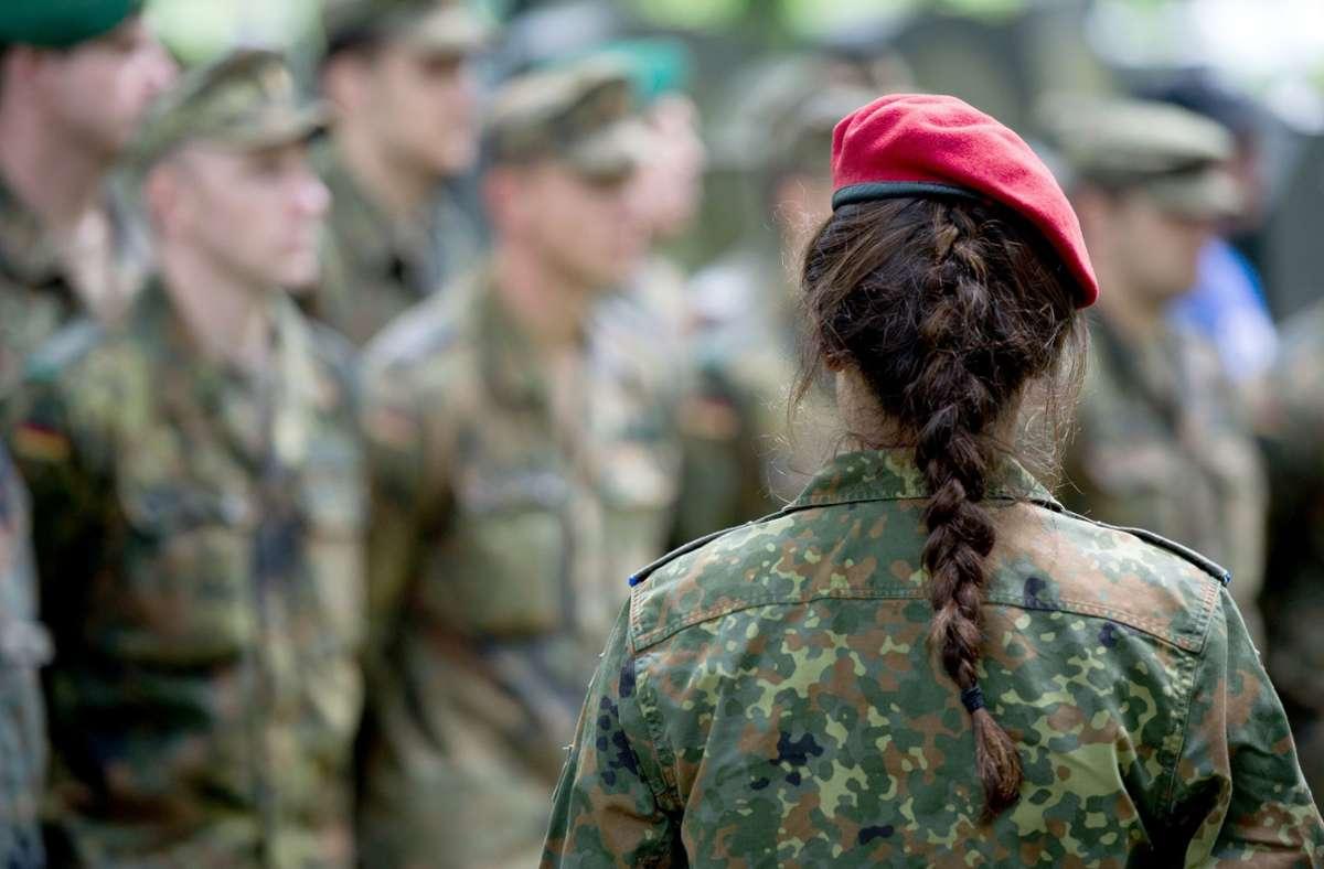 Die Bundeswehr arbeitet ihren Umgang mit Homosexuellen auf. (Symbolbild) Foto: dpa/Bernd von Jutrczenka