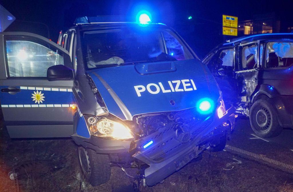Die beiden Polizisten bleiben unverletzt. Die drei Insassen des anderen Wagens werden verletzt. Foto: SDMG