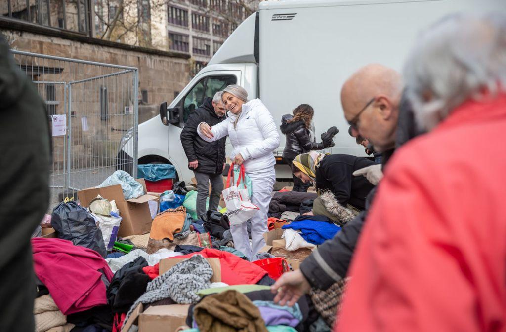 Anna Mielczarczyk verteilt gespendete Kleider. Ihr Motto: Lasst uns was Gutes tun, aus christlicher Nächstenliebe. Foto: Lichtgut/Julian Rettig