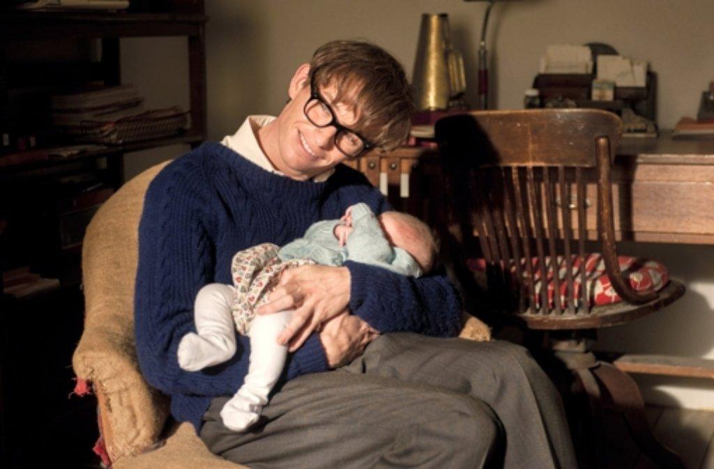 Eddie Redmayne als Stephen Hawking in ungewohnter Rolle: Nicht als Durchdenker schwarzer Löcher, sondern als liebender Vater Foto: Universal Pictures