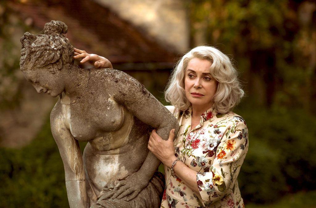 Madame Claire (Catherine Deneuve) nimmt Abschied von allen Erinnerungsstücken an ihr früheres Leben. Foto: Neue Visionen