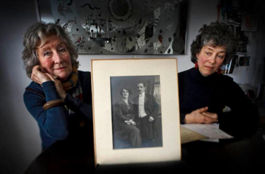 Die Familie Hatje: für die Enkelinnen Uschi (links) und Caroline wirkt das Leben und Sterben von Lina Hatje bis heute nach. Geblieben sind ihnen Briefe und das Hochzeitsfoto aus glücklicheren Tagen. Foto: Stoppel
