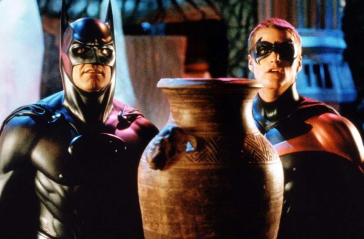 """Bis heute Auslöser von Hohn,  Wut und Entsetzen: George Clooney (li.) und Chris O'Donnell 1997 in den Titelrollen von Joel Schumachers """"Batman & Robin"""". Foto: imago images"""