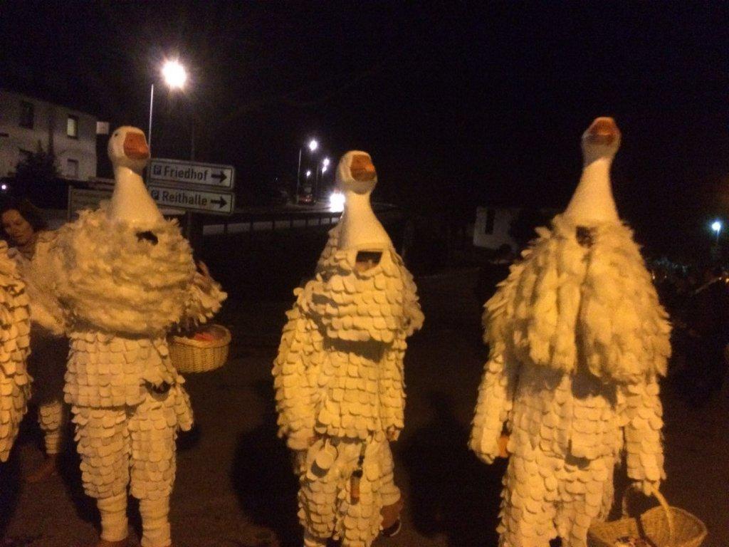 Weiße Kutten der Schlehengeister beim Nachtumzug. Foto: Florian Mader