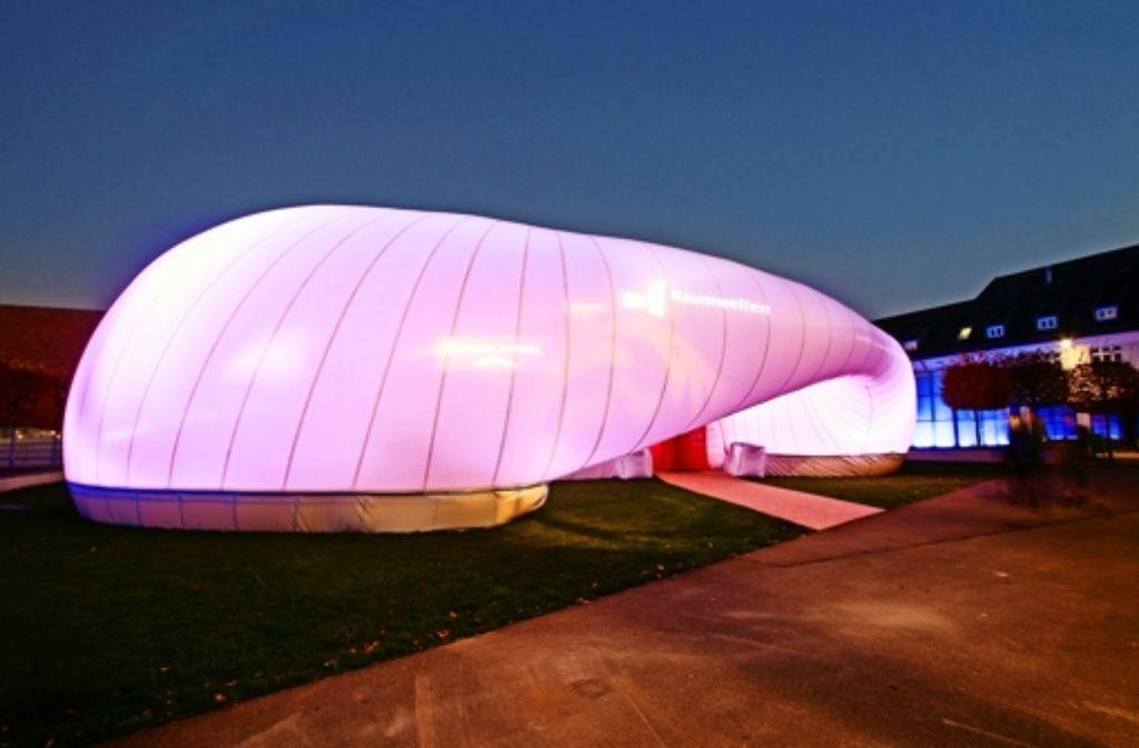 """Im Pavillon auf dem Akademiehof findet ein Großteil der öffentlichen Veranstaltungen der """"Raumwelten"""" statt. Foto: factum/Bach"""