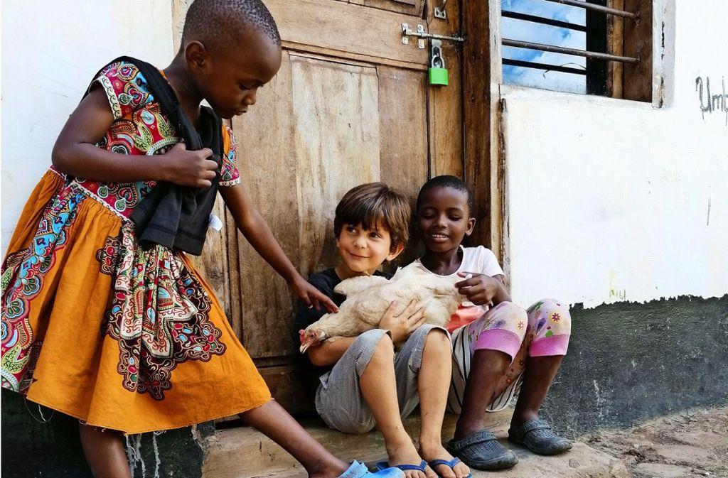 Der Sohn Agit (Mitte) spielt mit Kindern im Heim in Afrika. Foto: privat
