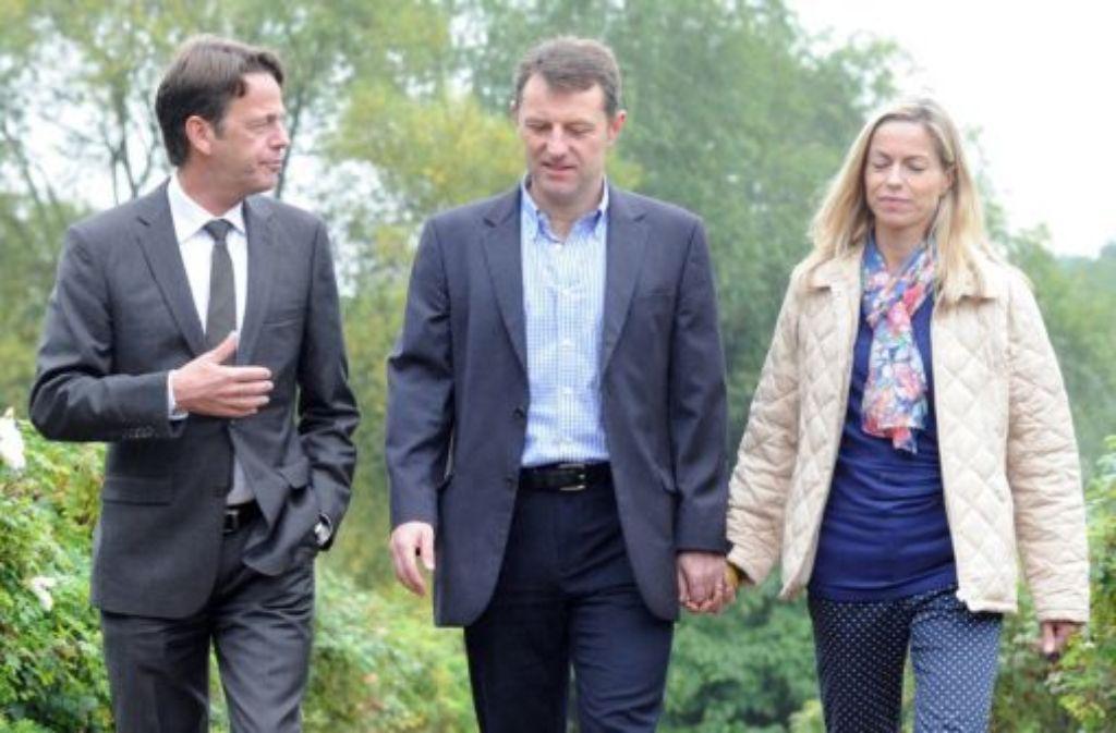 """Seit sechseinhalb Jahren suchen die McCanns (Gerry McCann (Mitte) und seine Frau Kate mit Moderator Rudi Cerne (links)) ihre Tochter Madeleine. Jetzt soll auch das deutsche Fernsehen helfen. Bei ihrem Auftritt in der ZDF-Sendung """"Aktenzeichen XY ungelöst"""" bitten sie um Hinweise - und geben einen Einblick in das, was sie seit Jahren durchmachen. Foto: ZDF/Ho/dpa"""