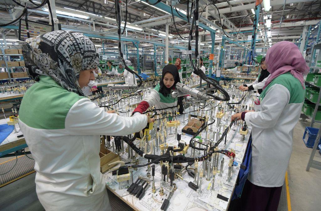 Mitarbeiterinnen fertigen in Siliana (Tunesien) im Werk des deutschen Autozulieferers Dräxlmaier einen Fahrzeugkabelbaum. Tunesien ist für Deutschland nach Angaben der deutschen Außenhandelskammer der wichtigste Partner im Maghreb. Foto: dpa