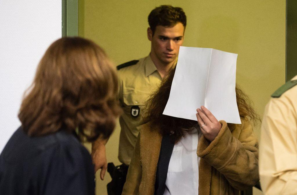 Die wegen Mordes angeklagte Frau (Mitte) wird in einen Saal im Landgericht in München (Bayern) geführt. Foto: dpa
