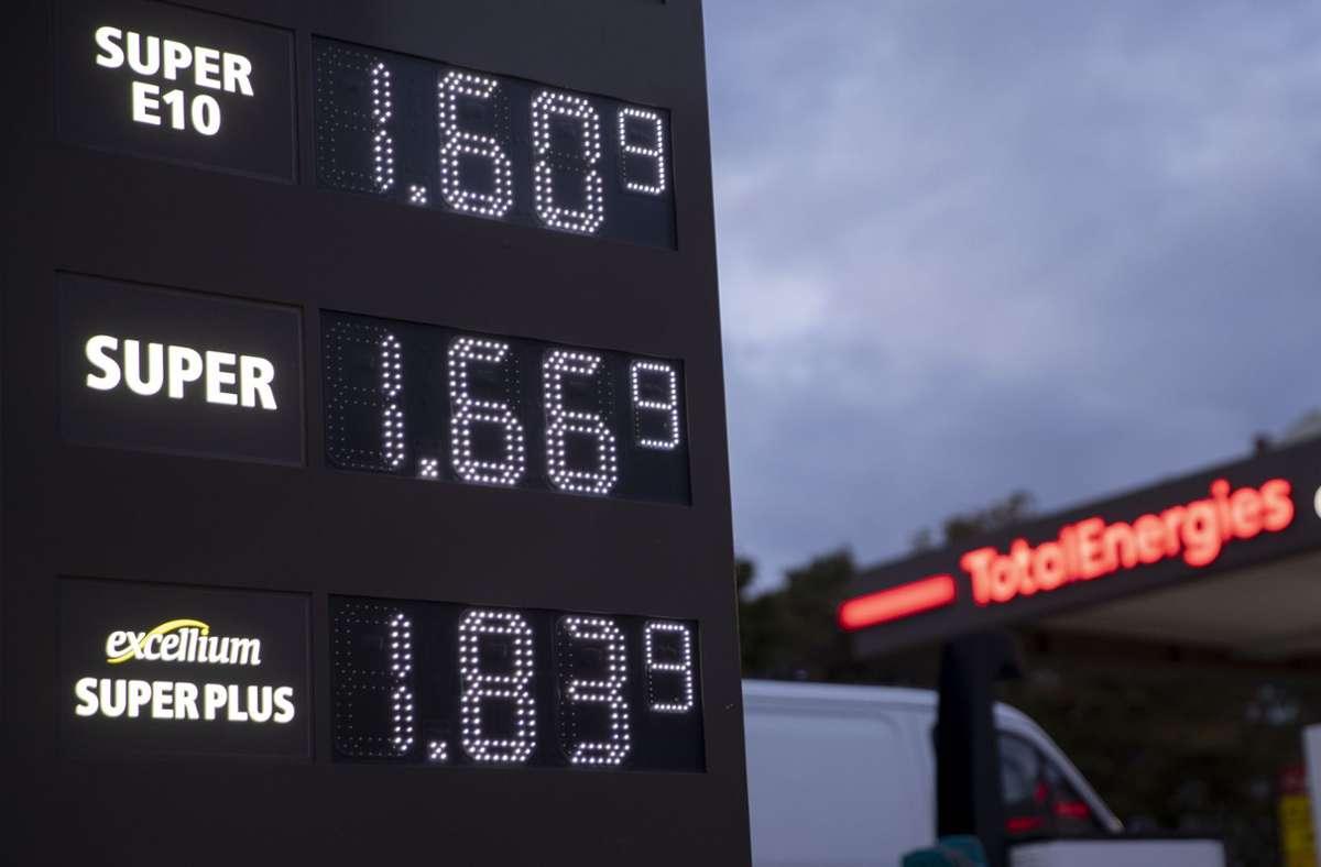 Beim Tanken spüren Verbraucher den Preisauftrieb besonders. Foto: dpa/Carsten Koall