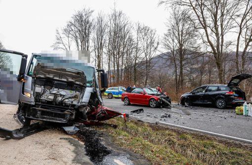 Autofahrer gerät in Gegenverkehr – drei Schwerverletzte