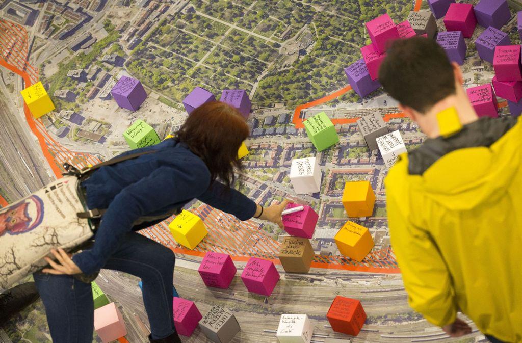 So entsteht ein neues  Stadtquartier: Auf einem Luftbild  werden die Vorschläge der Teilnehmer konkreten Plätzen zugeordnet. Foto: Lichtgut/Leif Piechowski