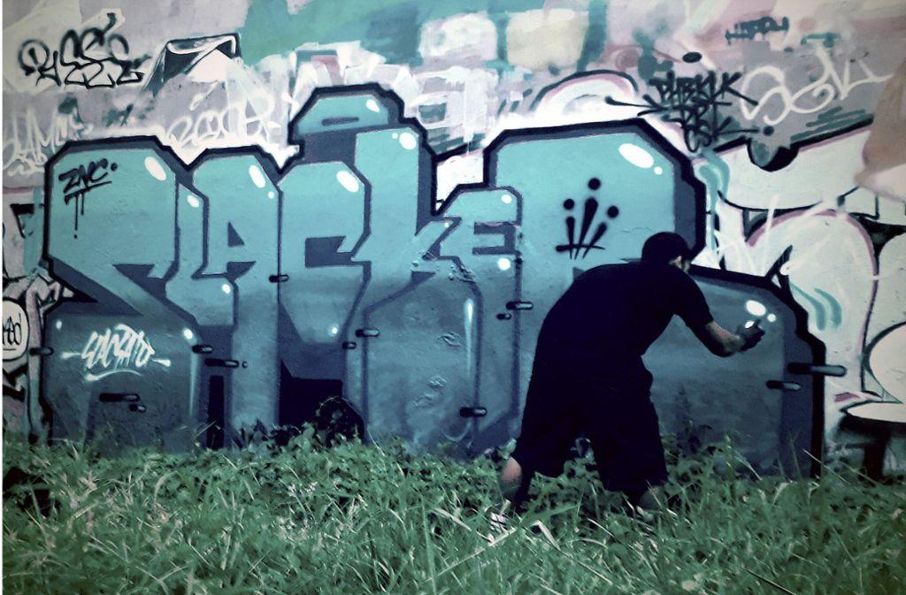 Ein Sprayer in Oberndorf am Neckar (Kreis Rottweil) hat fast 100 illegale Graffiti gesprüht – er ist noch minderjährig. (Symbolbild) Foto: dpa/SlacSatu