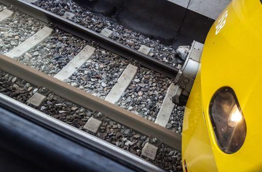 Unbekannter entblößt sich in Stadtbahn vor junger Frau