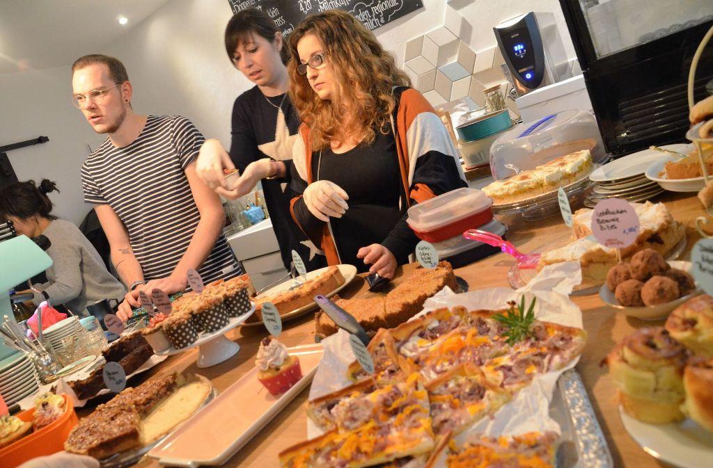 Marcel Burchstaller, Judith Stock und Elena Giuseppino verkaufen ihre Kuchen im Café Misch Misch. Foto: Sandra Hintermayr