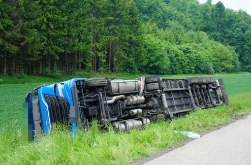 40-Tonner von Autobahn auf Wiese gekippt