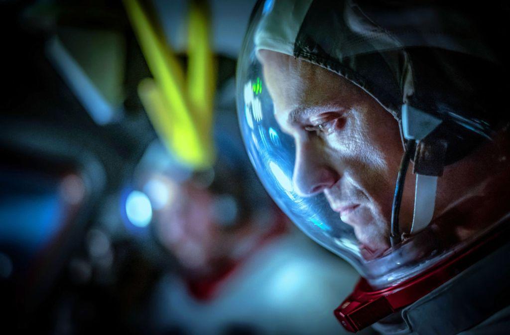 Der US-Astronaut Baldwin (Joel Kinnaman) übt noch auf der Erde, die Sowjet-Kosmonauten hüpfen schon über den Mond. Foto: Apple TV+