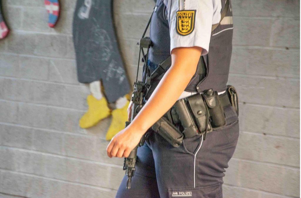 Einsatz im Stuttgarter Norden: Beamte sind mit der Maschinenpistole unterwegs. Foto: 7aktuell.de/ MG