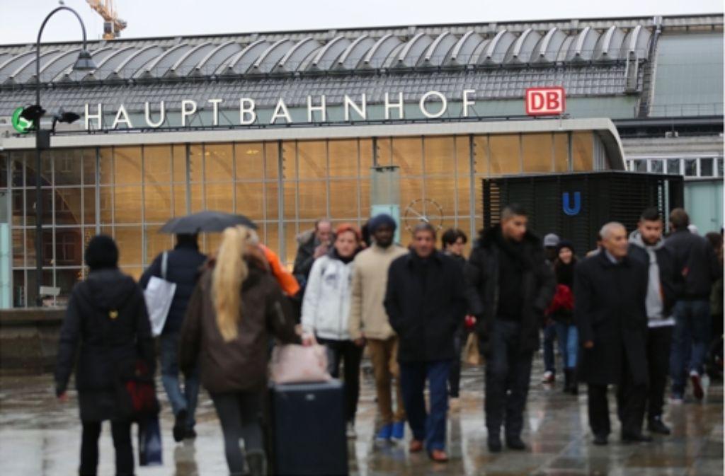 In der Silvesternacht sind vor dem Hauptbahnhof in Köln Dutzende Frauen sexuell belästigt und ausgeraubt worden. Foto: dpa