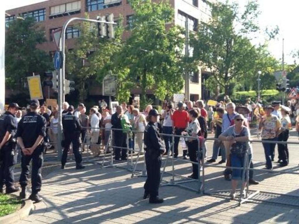 Vor der alten Reithalle wurde gegen Angela Merkel demonstriert. Foto: Rebecca Müller