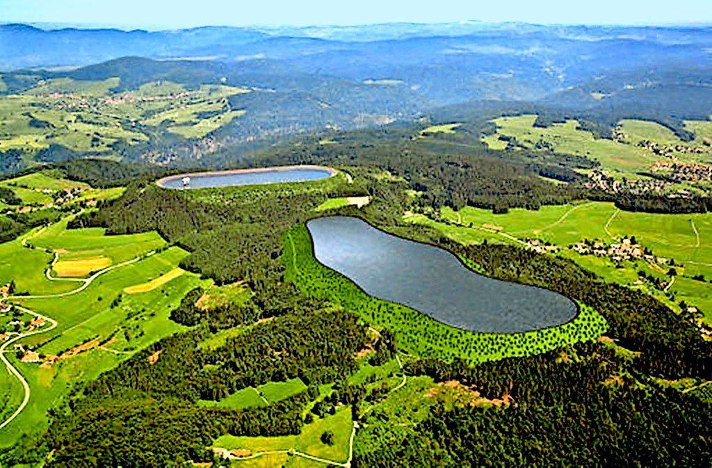 Auf dem Höhenrücken des Hotzenwaldes, direkt neben dem bestehenden Hornbergbecken (hinten), hätte das neue Oberbecken entstehen sollen. Foto: Schluchseewerk