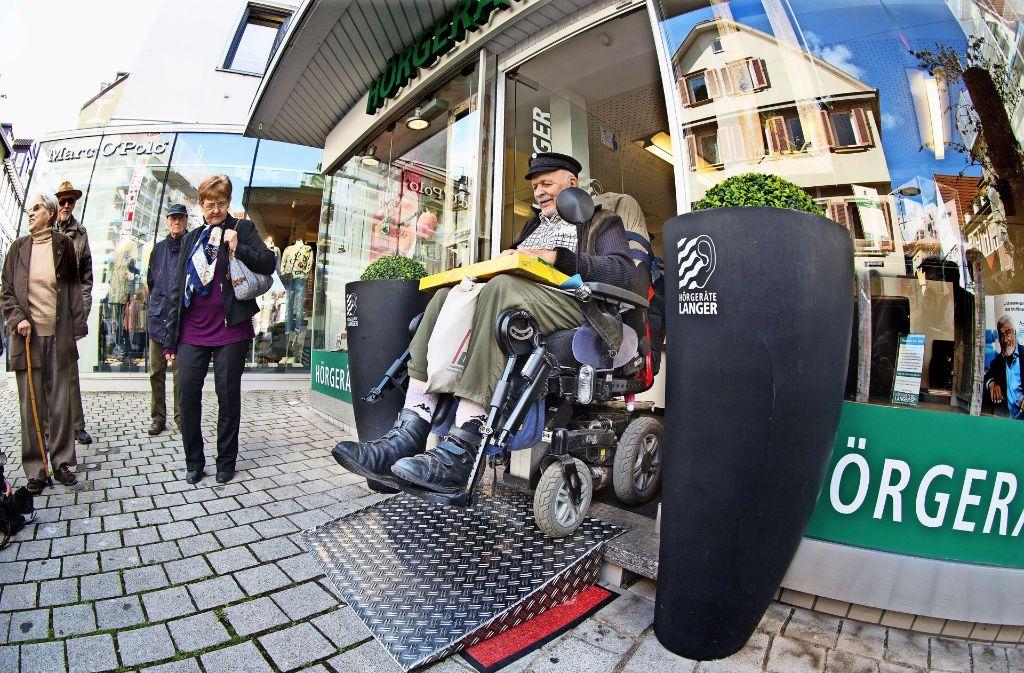 Der Hörgerätelladen am Esslinger Athleteneck behilft sich mit einer mobilen Rampe. Anders als viele andere Aufstieghilfen ist sie tatsächlich behindertengerecht. Foto: Horst Rudel