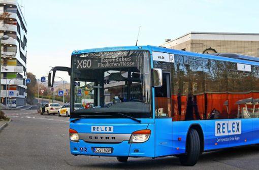 Der schnelle Bus fährt weiterhin bis zum Flughafen