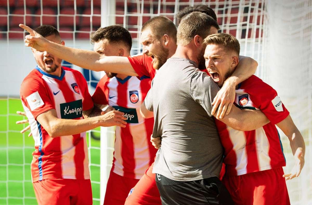 Jubel pur  beim 1. FC Heidenheim: Der Club von der Ostalb ist so nah dran am Bundesliga-Aufstieg wie noch nie. Foto: dpa/Tom Weller