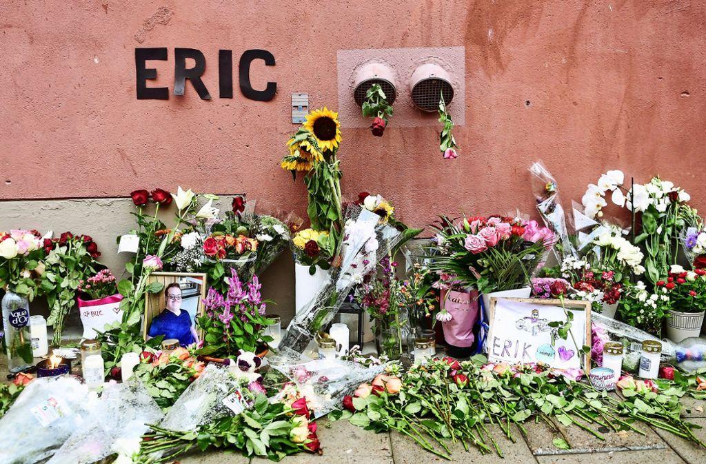 Blumen erinnern an den 20-jährigen Eric Torell, der von der schwedischen Polizei erschossen wurde, weil er eine Spielzeugpistole in der Hand hatte. Foto: AFP/Stina Stiernkvist