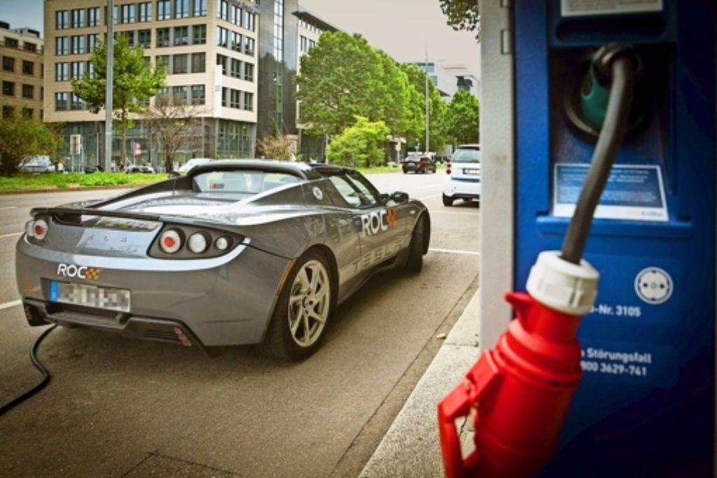 """Ein moderner Sportwagen mit Elektroantrieb lädt an einer """"Tankstelle""""  an der  Friedrichstraße seine Batterien auf. Foto: Lichtgut/Achim Zweygarth"""