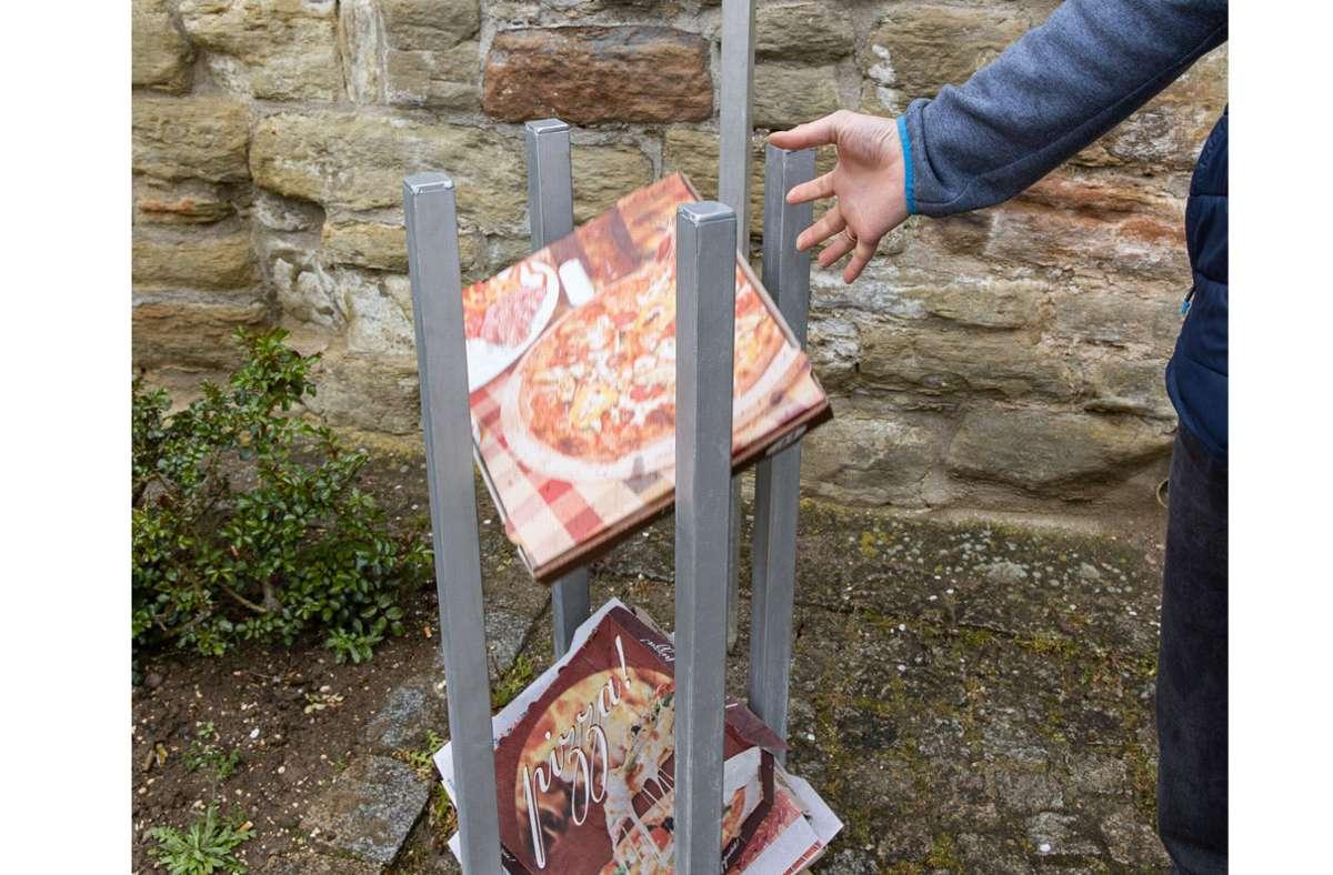 Ein Mülleimer für Pizzakartons mit passgenauem Zuschnitt. Foto: Stefanie Schlecht