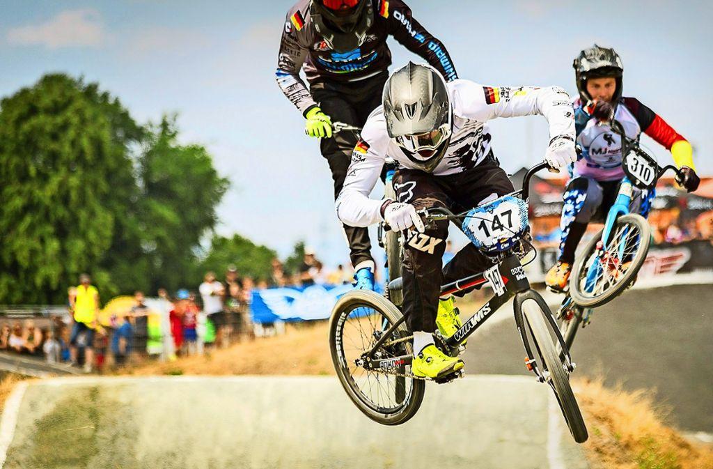 Weite Sprünge und Geschwindigkeiten bis zu 60 Stundenkilometern genießt der junge Radsportler Jonas Ballbach. Foto: Smail Mast