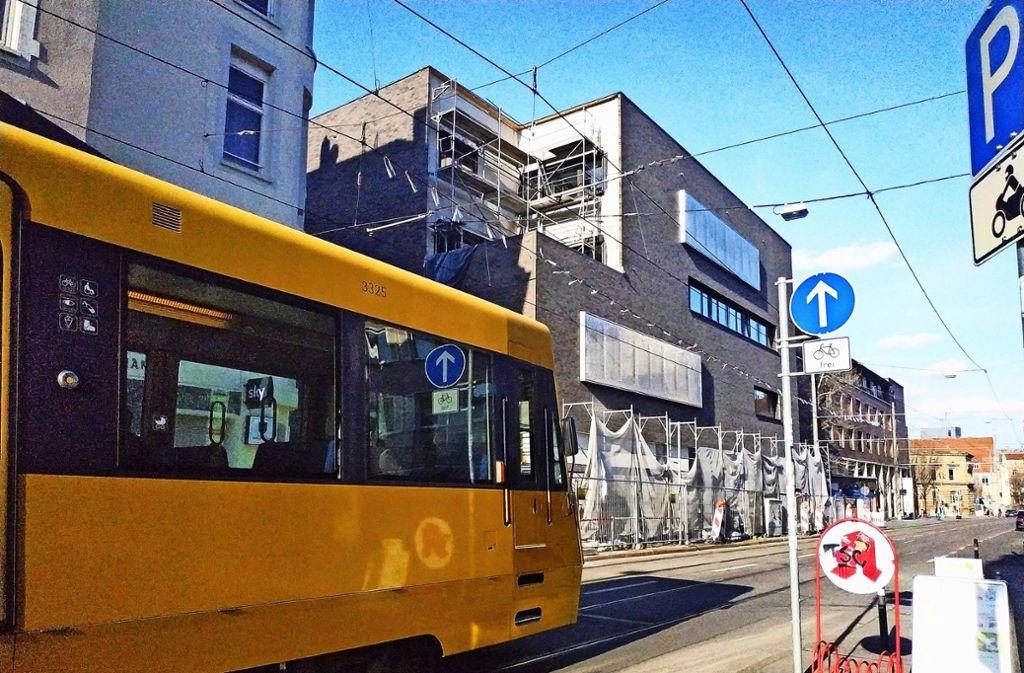 Außen ist der Neubau so gut wie fertig, nur ein paar Gerüste stehen noch zur Böblinger Straße hin. Der Innenausbau fehlt noch. Foto: Kathrin Wesely