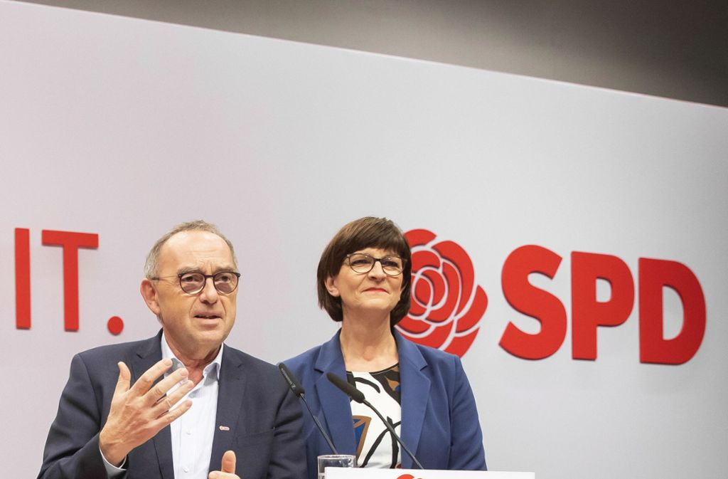 Zu zweite an der Spitze: Norbert Walter-Borjans und Saskia Esken beim SPD-Parteitag im Dezember 2019 Foto: imago images/photothek/Thomas Imo