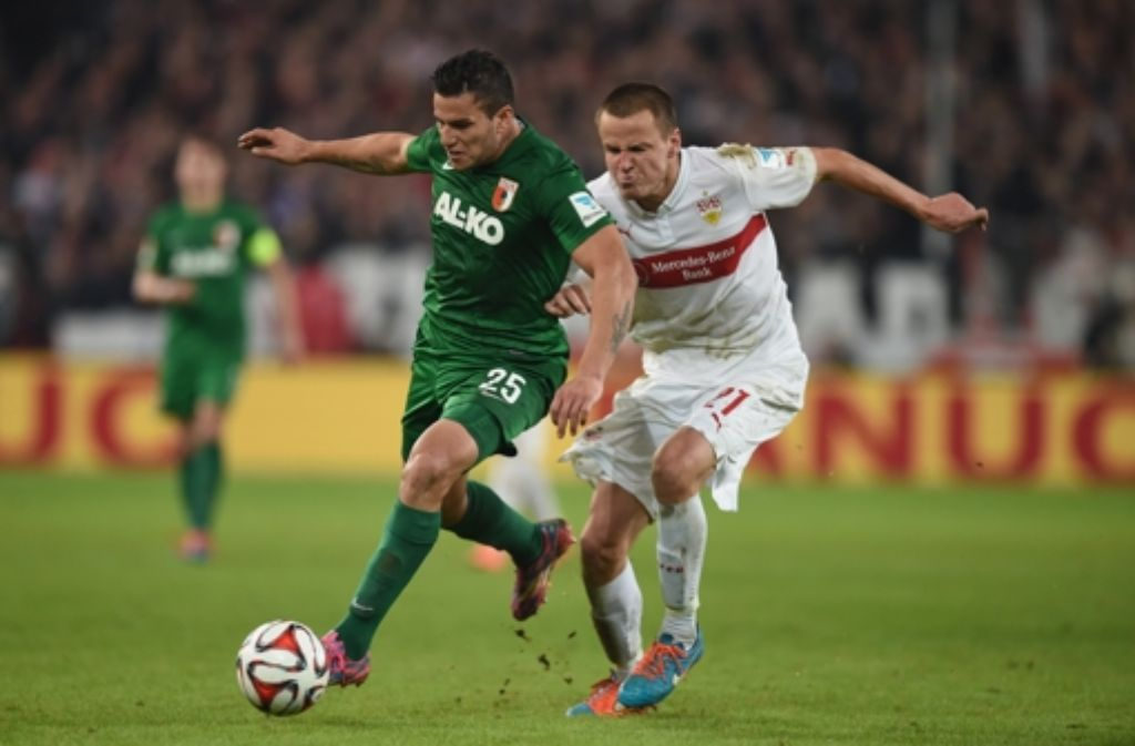 Auf die Pelle gerückt: der VfB-Verteidiger Adam Hlousek (rechts) bekämpft den Augsburger Raúl Bobadilla. Foto: Getty