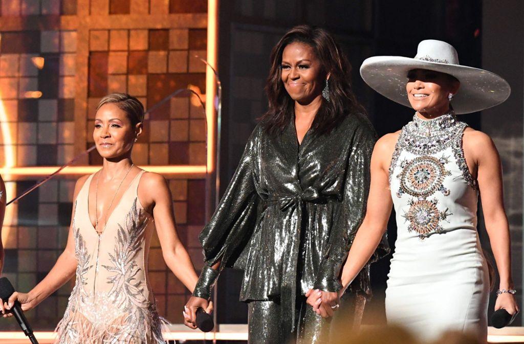 Auftritt mit Glamour: Michelle Obama bei den Grammys – flankiert von Jada Pinkett Smith (links) und Jennifer Lopez (rechts). Foto: AFP