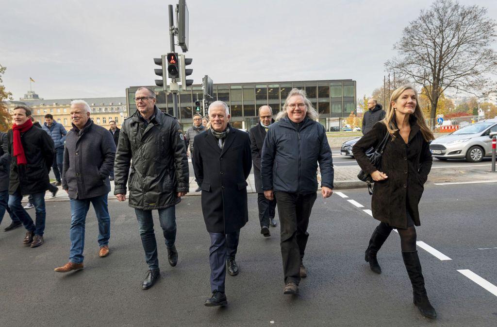 Martin Körner, Andreas Winter, Dirk Thürnau, Fritz Kuhn, Peter Pätzold und Veronika Kienzle benutzen den  neuen Überweg (von links). Foto: Lichtgut//Leif Piechowski