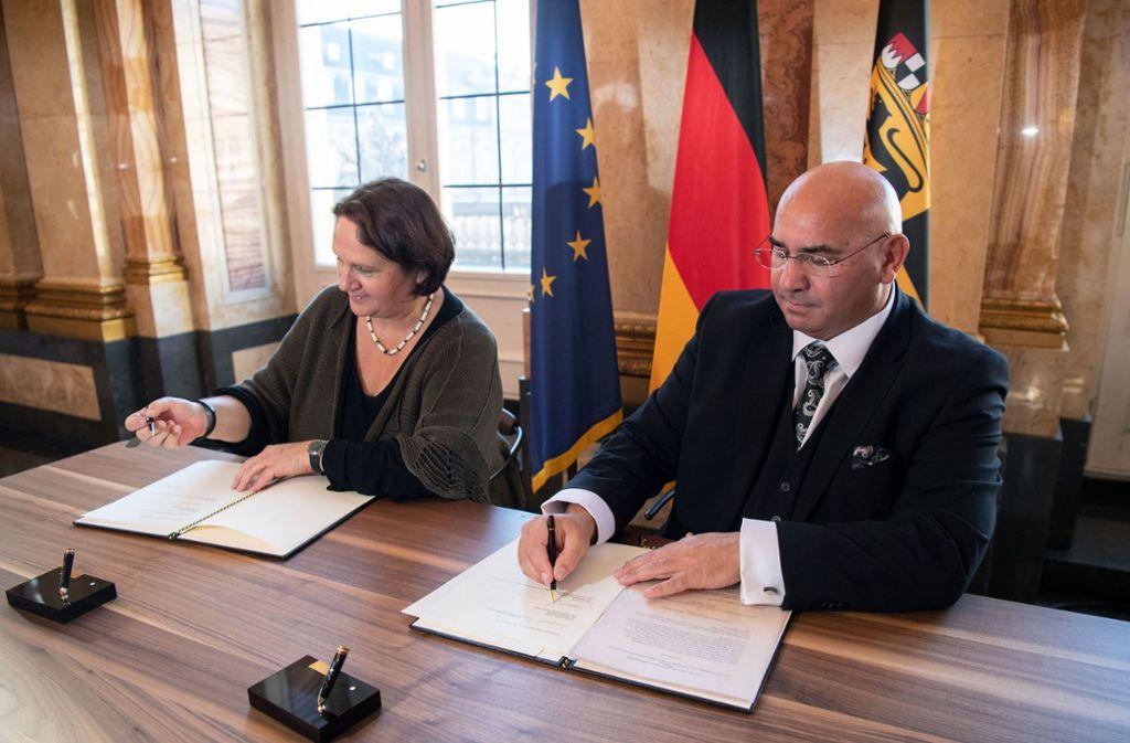 Vertreter beider Seiten unterzeichneten am Mittwoch in Stuttgart einen neuen Staatsvertrag: Daniel Strauß und Staatsministerin Theresa Schopper. Foto: dpa