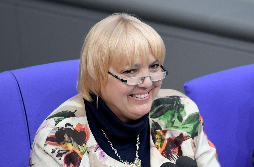 """Claudia Roth hat gut lachen – sie darf weiterhin sagen, dass das Geschäftsmodell des streitbaren Internetportals """"Tychis Einblick"""" auf Falschmeldungen beruht. Foto: dpa/Britta Pedersen"""