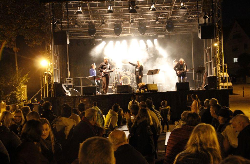 Ein Heimspiel hatten die Musiker von Spicy Traxs. Am Samstagabend rockten sie den Kirchplatz an der  Korntaler Straße. Foto: Chris Lederer