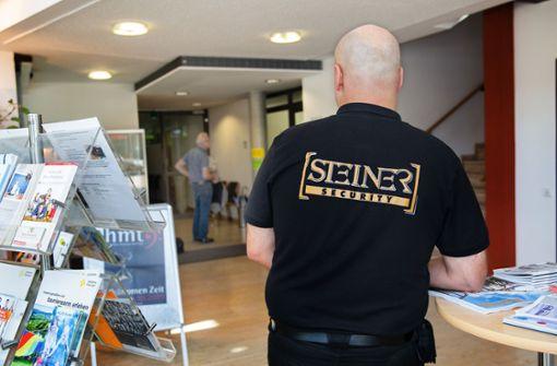 Security-Mann   beschützt Rathaus