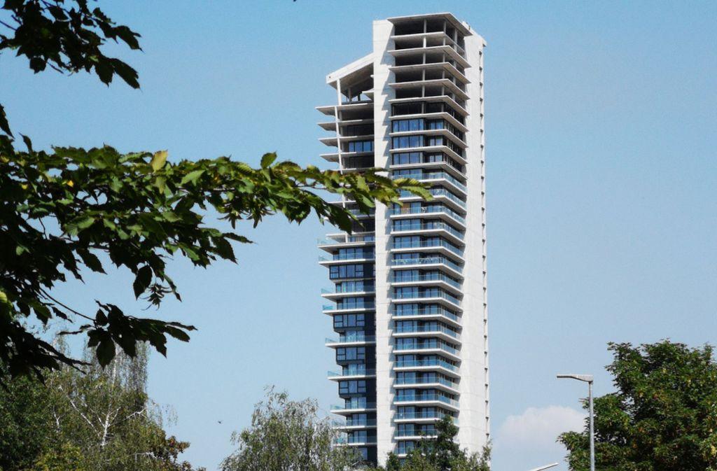Der Fellbacher Tower ist verkauft, das unfertige Gerippe eines Wohnturms ist nun doch an einen Interessenten  gegangen, der es umgehend fertigstellen will. Foto: Patricia Sigerist