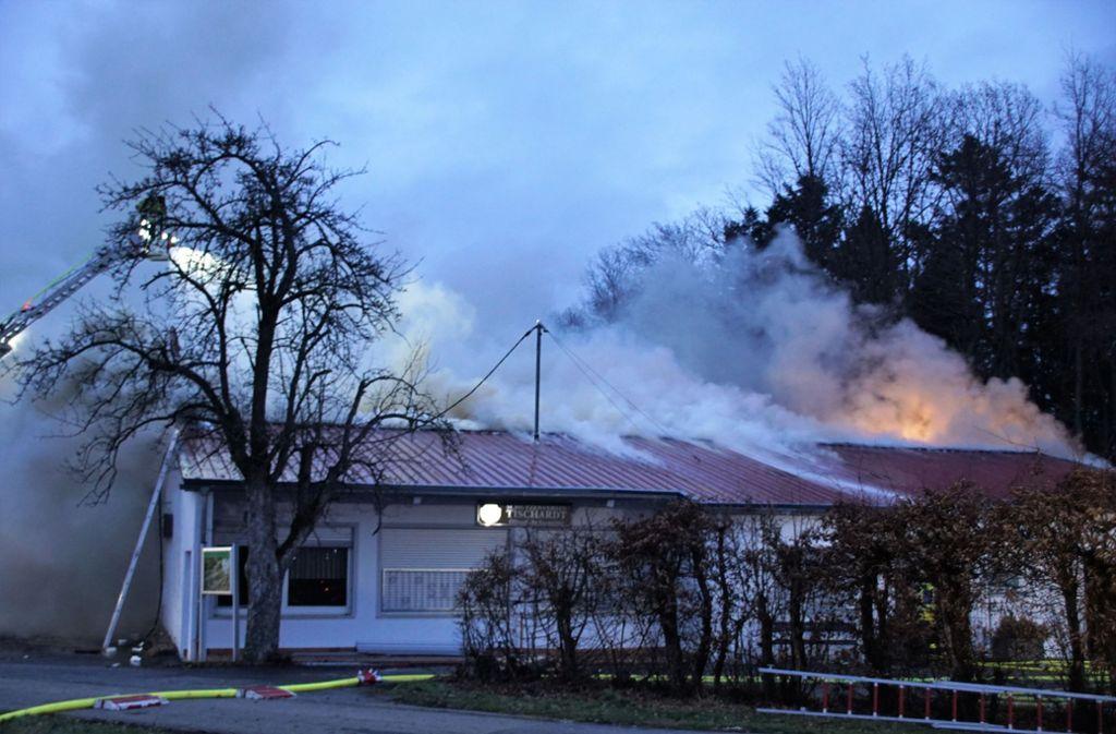 Als die Rettungskräfte eintrafen, schlugen die Flammen bereits aus dem Dach. Foto: SDMG