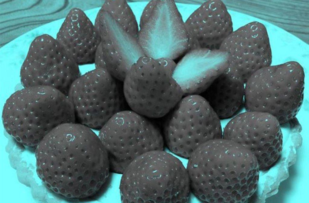 Ein Psychologie-Professor veröffentlichte das Foto mit dem Erdbeertörtchen, das keine roten Pixel enthält. Foto: Screenshot Twitter/Akiyoshi Kitaoka
