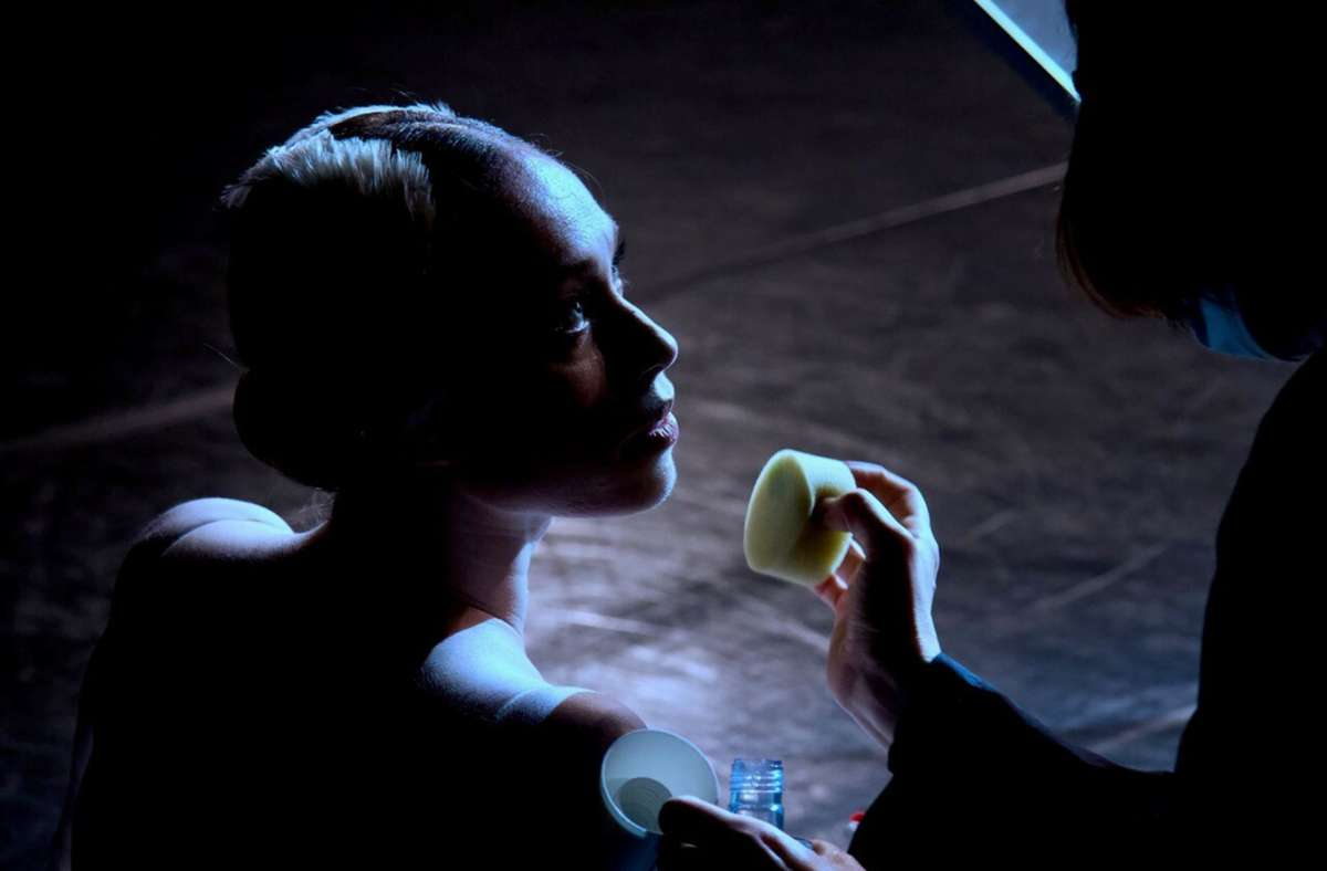 Anna Osadcenko wird für die Filmaufnahmen geschminkt. Foto: Royal Film Company/RFC