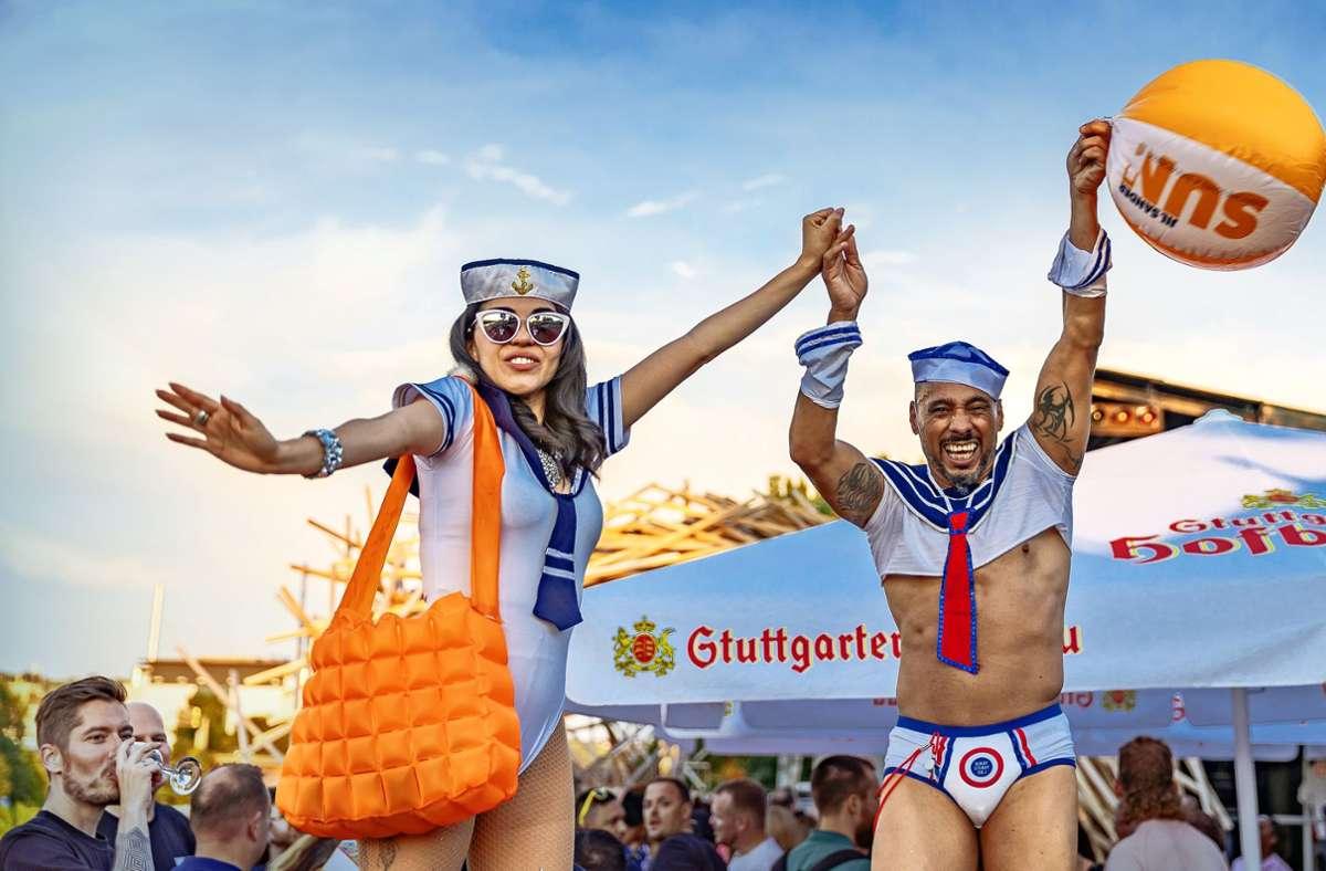 Das  Skaramouche Stelzentheater bei  der ersten Open-Air-Ausgabe der  Partyreihe Lovepop am Neckarufer von Fridas Pier Foto: Michael  Laskus