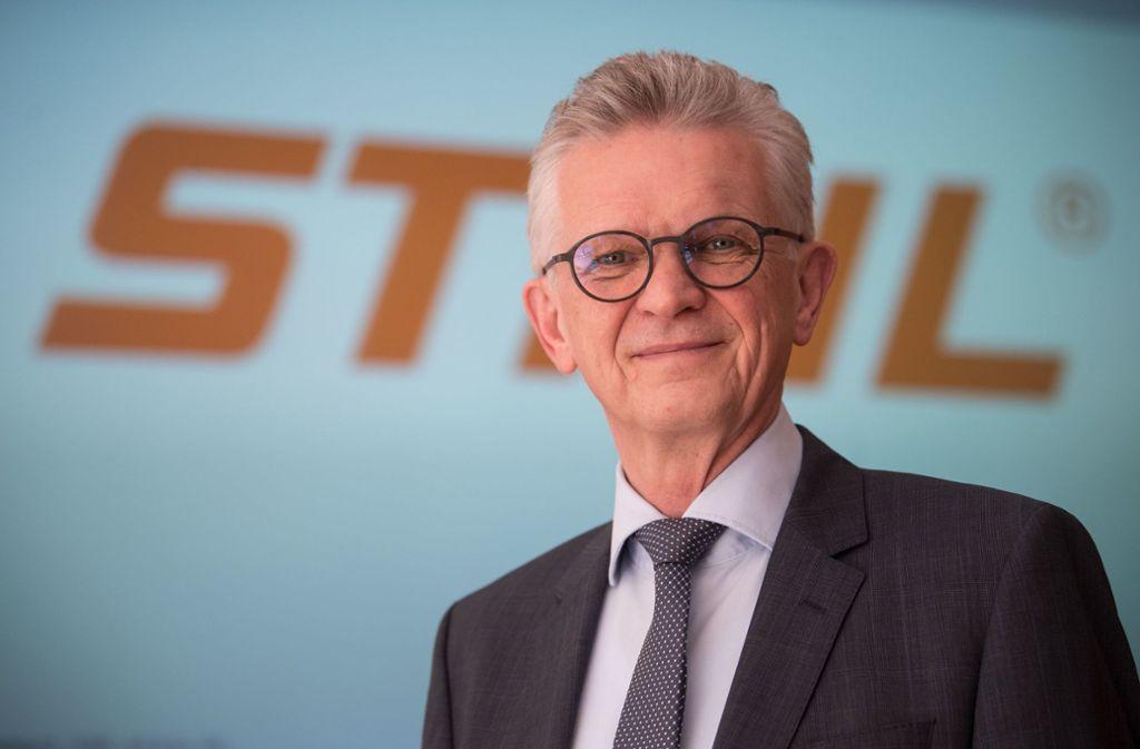 Bertram Kandziora, der Vorstandsvorsitzende der Stihl AG, steht vor einem Stihl-Logo. Der Motorsägenhersteller stellte die Zahlen für das Jahr 2017 vor. Foto: dpa