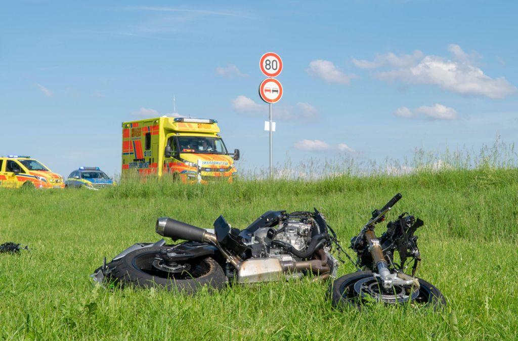 Ein 22-Jähriger wurde bei einem schweren Unfall nahe Ditzingen lebensgefährlich verletzt. Foto: 7aktuell.de/Nils Reeh