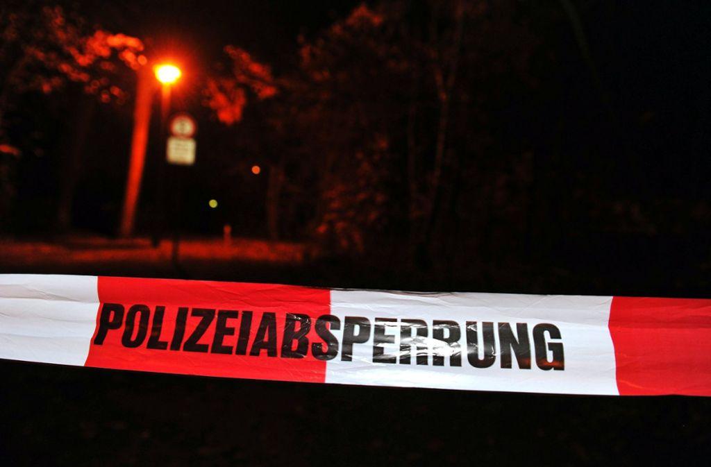 Kriminaltechniker der Polizei untersuchen den Tatort nach Spuren. Foto: dpa